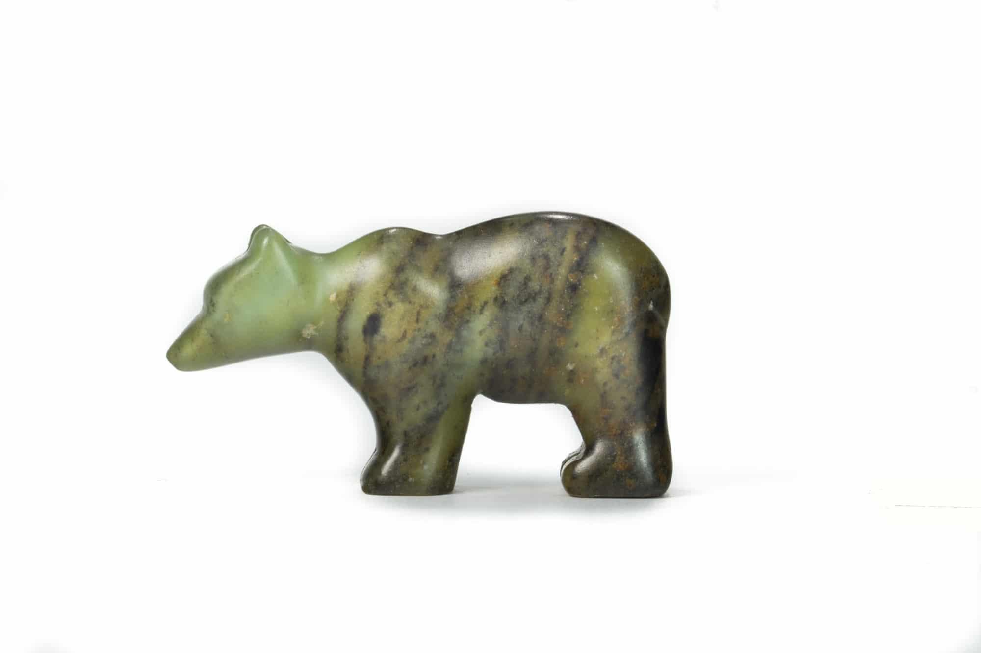 Un ours sculpté sur de la pierre à savon