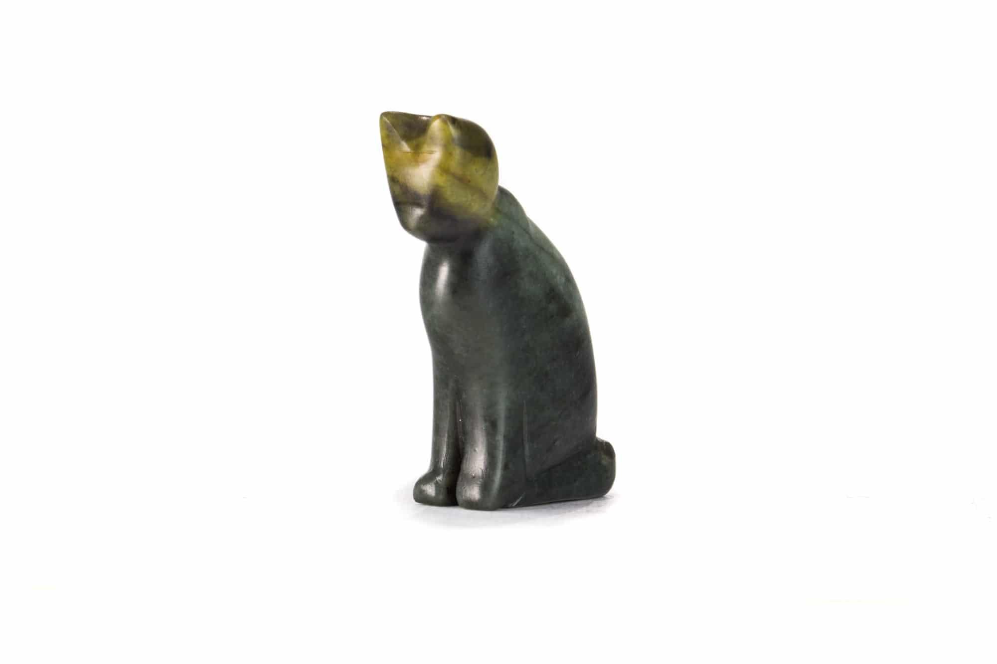 Un chat sculpté sur de la pierre à savon