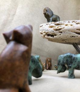 Fameuse scène du Roi Lion avec différents animaux sculptés sur de la pierre à savon
