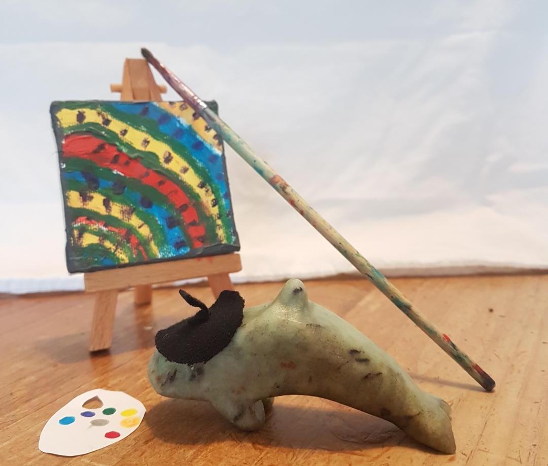 Sculpture d'un orque en pierre à savon en peintre avec béret et toile